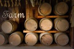 Oude houten die vaten in wijnmakerij worden gestapeld stock fotografie