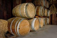 Oude houten die vaten in wijnmakerij worden gestapeld royalty-vrije stock foto's