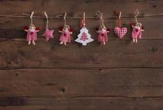 Oude houten donkere bruine Kerstmisachtergrond met met de hand gemaakte rode whi Royalty-vrije Stock Fotografie