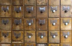 Oude houten dozen voor vormen Oude archief of bibliotheek stock afbeelding