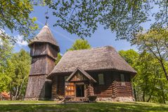 Oude houten evangelische kerk met en houten klokketoren, allebei van Masuria-gebied, Etnografisch Park in Olsztynek, Polen royalty-vrije stock afbeeldingen