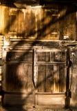 Oude houten garagedeur Stock Foto's