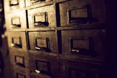 Oude houten garderobe met kleine laden voor het opslaan van brieven, uitstekende retro-veilige, exclusieve de 19de eeuw met de ha royalty-vrije stock afbeelding