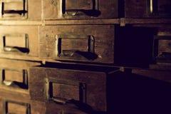 Oude houten garderobe met kleine laden voor het opslaan van brieven, uitstekende retro-veilige, exclusieve de 19de eeuw met de ha stock fotografie