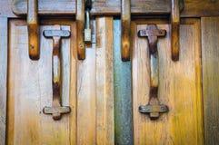 Oude houten geschikte deur Stock Afbeeldingen