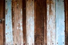 Oude houten geschilderde deur met blauw Stock Foto