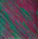 Oude houten geschilderde rustieke roze en groene omheining, de achtergrond van de verfschil royalty-vrije stock afbeeldingen