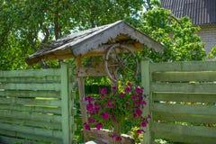 Oude houten goed in de tuin Royalty-vrije Stock Afbeelding