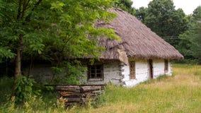 Oude houten hut van XIX die eeuw in openluchtmuseum in Sucha in Polen wordt gevestigd stock afbeeldingen