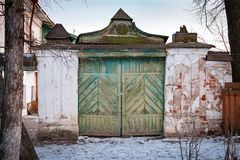 Oude houten ingangspoort in Suzdal Rusland stock foto's