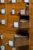 Oude houten kaartcatalogus met geopende lade stock foto's