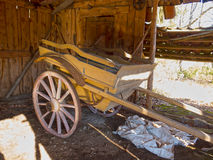 Oude houten kar die zich in één oude schuur bevinden Stock Foto