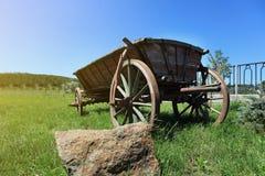 Oude houten kar in een groen gras, wagenpaard, Oude houten kar voor Stock Afbeeldingen
