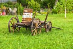 Oude houten kar op het groene gras Stock Foto's