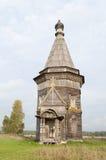 Oude houten kerk dichtbij Kargopol, Rusland Stock Foto's