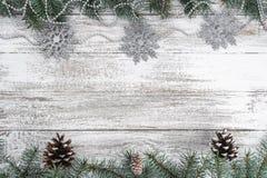 Oude houten Kerstmisachtergrond Slingers en sneeuwvlokken De takken en de kegels van de spar De groetkaart van Kerstmis Hoogste m royalty-vrije stock afbeeldingen