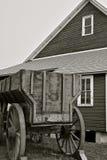 Oude houten korrelwagen door graanschuur Royalty-vrije Stock Afbeelding