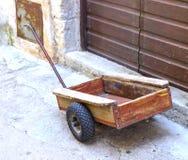 Oude houten kruiwagen Stock Afbeeldingen