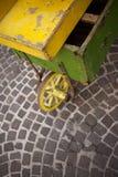Oude houten kruiwagen stock fotografie