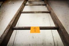 Oude houten ladder op een cementmuur Royalty-vrije Stock Afbeelding