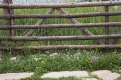 Oude houten landelijke omheining in het dorp Stock Foto