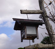 Oude houten lantaarn bij Japanse tuin Stock Afbeeldingen
