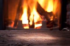 Oude houten lijst en open haard. stock foto