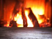 Oude houten lijst en open haard. stock afbeelding