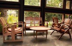 Oude houten lijst en stoelen in de woonkamer, binnenlands met uitstekend meubilair stock afbeelding
