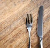 Oude houten lijst met vork en mes Stock Foto