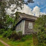 Oude houten logboekhuizen in het platteland Stock Foto