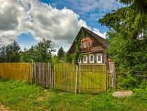 Oude houten logboekhuizen in het platteland Stock Foto's