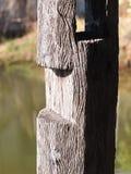 Oude houten logboekpijler status Royalty-vrije Stock Foto