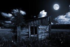 Oude houten loods in maanlicht Royalty-vrije Stock Foto's