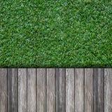 Oude houten met groen gras stock afbeelding