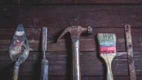 Oude houten met oude roestige timmerwerkhulpmiddelen Stock Foto