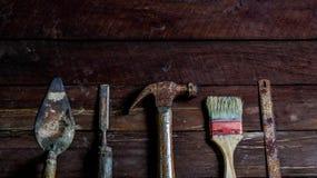 Oude houten met oude roestige timmerwerkhulpmiddelen Royalty-vrije Stock Foto