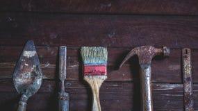 Oude houten met oude roestige timmerwerkhulpmiddelen Royalty-vrije Stock Foto's