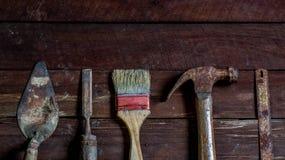 Oude houten met oude roestige timmerwerkhulpmiddelen Stock Foto's