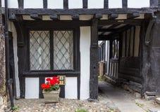 Oude houten met zwart die deurhuis in Rogge, Kent, het UK wordt gezien Stock Foto's