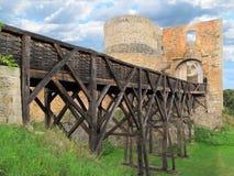 Oude houten middeleeuwse brug aan kasteel. Royalty-vrije Stock Afbeeldingen