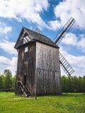 Oude houten molen in het platteland royalty-vrije stock foto's