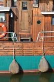 Oude houten motorship die in een haven ligt Stock Foto