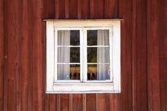 Oude houten muur met venster in wit kader Stock Fotografie