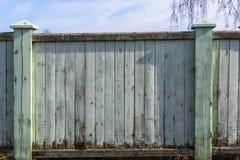Oude houten omheining met schil langzaam verdwenen verf en plaats voor tekst royalty-vrije stock foto