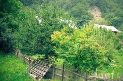 Oude houten omheining op groene weide, aard, een mooi berglandschap, Karpaty, de Oekraïne royalty-vrije stock afbeelding