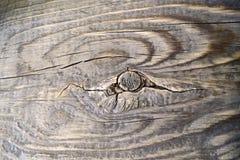 Oude houten oppervlakte, bruin hout met knoop en grote barsten stock afbeelding