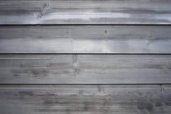 Oude houten oppervlakte van strak genagelde planken met barsten en knopen Grijze achtergrond stock fotografie