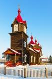 Oude houten orthodoxe kerk in het Siberische dorp Turnaevo stock fotografie