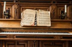 Oude houten pianosleutels op houten muzikaal instrument in vooraanzicht, gevormde antiquiteit royalty-vrije stock fotografie